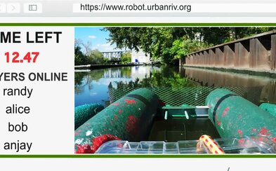 Neziskovka vyvíjí robota, který bude sbírat odpadky z řeky. Ovládat ho bude moci kdokoli přes webové stránky