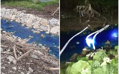 Neznáma látka sfarbila potok v okrese Ilava namodro. V obci zasahovali hasiči v protichemických oblekoch