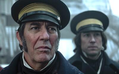 Neznámé zlo pronásleduje námořníky uvízlé uprostřed arktické pustiny v napínavém hororovém seriálu The Terror (Recenze)