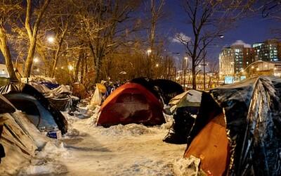 Neznámy dobrák zaplatil 70 mrznúcim bezdomovcom hotel, keď prišli o zdroj tepla