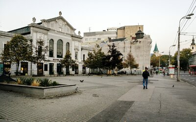Neznámy páchateľ v noci na Námesti SNP v Bratislave napadol muža, ten zraneniam podľahol. Po útočníkovi pátra polícia