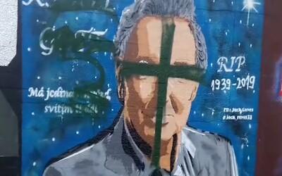 Neznámý vandal zničil graffiti podobiznu Karla Gotta v Českých Budějovicích