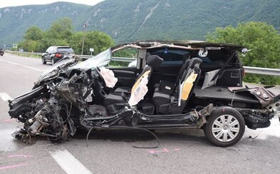 Nezodpovědná řidička způsobila hrůzostrašnou nehodu. Zdemolovala 6 aut