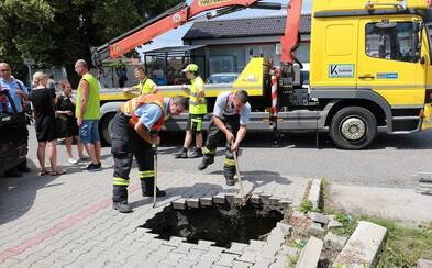 Nezvyčajná dopravná nehoda: V Malackách sa prepadlo auto do jamy