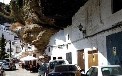 Nezvyčajná španielska dedinka, ktorá sa prispôsobila obrovskej skale