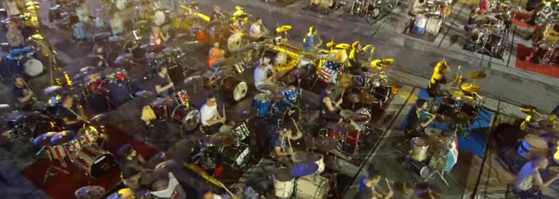 Není nic úžasnějšího, než 1 000 lidí hrajících Smells Like Teen Spirit od legendární Nirvany. Italští hudebníci se před ničím nezastaví