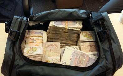 Někdo si v londýnském taxíku zapomněl cestovní tašku s 1 milionem liber v hotovosti. Taxikář zůstal překvapený, když ho přepadli policisté