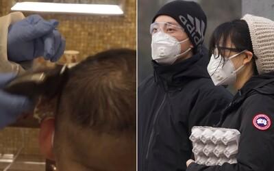 Niektorí doktori si vo Wu-chane holia hlavy, chcú tak predísť šíreniu koronavírusu