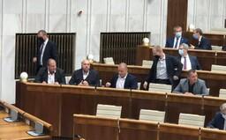 """Niektorí poslanci ĽSNS si v parlamente odmietajú nasadiť rúška: """"Kto má odvahu, dajte dole rúška!"""" vyzývali ďalších"""