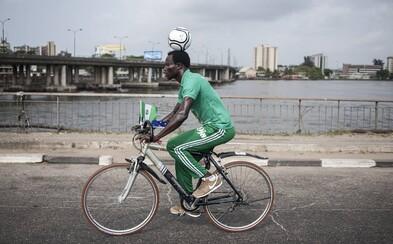 Nigérijčan prešiel na bicykli s loptou na hlave viac ako 103 kilometrov. Pokúsil sa tak o zápis do Guinessovej knihy rekordov