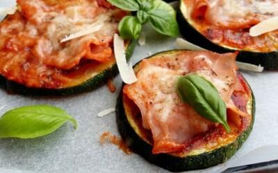 Nízkokalorické cuketové mini pizzy jsou skvělé lehké jídlo jako stvořené na léto (Recept)