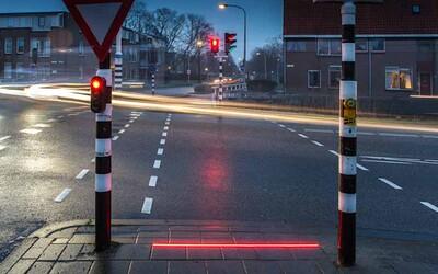 Nizozemské město nainstalovalo kvůli lidem hledícím do smartphonů semafory přímo na chodník. Chce zabránit nehodám z nepozornosti