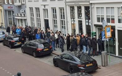 Nizozemsko znovuotevřelo coffee shopy. Lidé čekali dlouhé fronty, aby se předzásobili marihuanou.