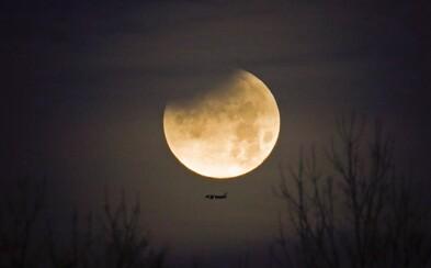 Noční zatmění Měsíce ohromilo Čechy. Večerní fotky ti připomenou včerejší vzácný úkaz