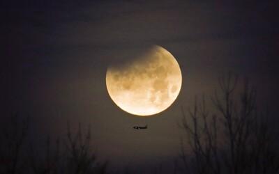 Nočné zatmenie Mesiaca ohromilo Slovákov. Večerné fotky ti pripomenú včerajší vzácny úkaz