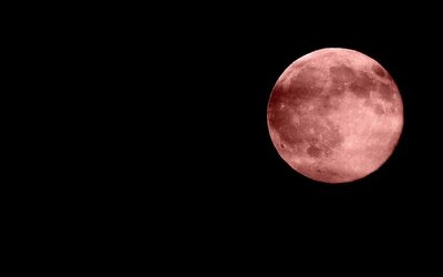 Nočnú oblohu rozžiari dychberúci ružový Mesiac a pridá sa aj Jupiter. Nádherné nebeské divadlo vídame len veľmi zriedka