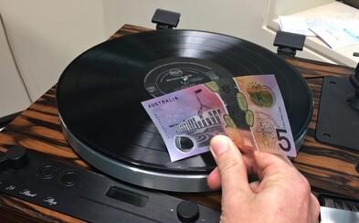 Nová austrálska bankovka sa kamaráti aj s vinylom, vďaka čomu s ňou môžete počúvať muziku
