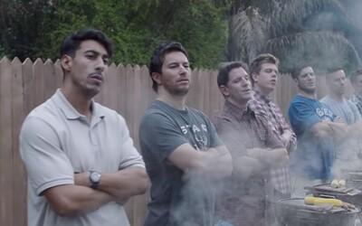 Nová reklama od Gillette už urazila státisíce mužov, ktorí sa proti nej búria