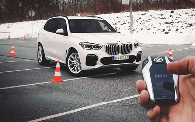 Nové BMW X5 má unikátneho pilota, ktorý za teba odvšadiaľ vycúva