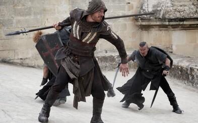 Nové obrázky z Assassin's Creed ukazujú Michaela Fassbendera v akcii, ale i v civile