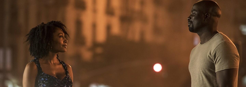 Nové plagáty a obrázky z Lukea Cagea lákajú na blížiacu sa premiéru