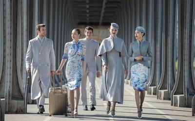 Nové uniformy čínské letecké společnosti vypadají jako vystřižené z módního katalogu. Spojují západní trendy s tradičními čínskými prvky