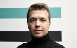 Aktualizace: Novinář, jehož zadrželi v letadle v Bělorusku, měl být v kritickém stavu. Režim uveřejnil video, na němž to popírá
