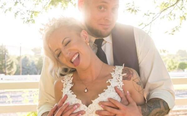 Novomanželé své sliby zpečetili polibkem a bongem. Na hostině měli jointy i koláčky