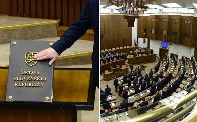 Novozvolení poslanci budú v piatok skladať sľuby v rúškach a gumených rukaviciach