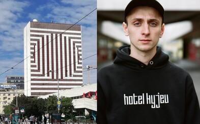 Novučičký Hotel Kyjev už môžeš mať aj na tričku či mikine! Footshop sa spojil s autorom novej fasády a výsledkom je nezvyčajné oblečenie