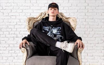 Nový člen Blakkwoodu balí Skittles do sáčků jako drogy. Grey256 ohlásil vstup do labelu, klip a album