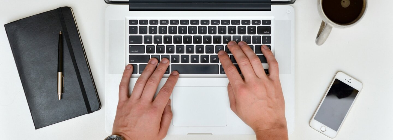 Nový MacBook Pro prinesie veľké zmeny. Apple mu vraj dá krajší dizajn, ovládací OLED panel a Touch ID