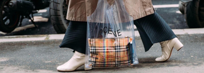 Nový módny trend či skôr katastrofa? Ženy nosia kabelky v igelitke či sieťovanej taške