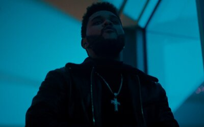 Nový, ostrihaný The Weeknd zabil svoju predchádzajúcu vlasatú podobu vo vynikajúcom klipe na singel Starboy