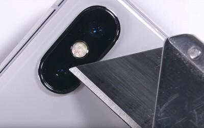 Nožem do ochranného skla, nelítostné ohýbání nebo menší plamen. Kolik toho snese drahý iPhone X?