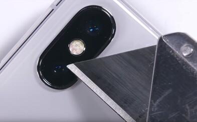 Nožíkom po ochrannom skle, neľútostné ohýbanie a aj menší oheň. Koľko toho znesie drahý iPhone X?
