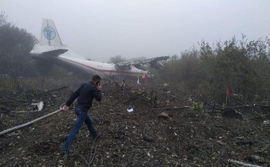 Nouzové přistání na Ukrajině: Letadlu prý došlo palivo, po pádu blízko města Ľvov hlásí první oběti