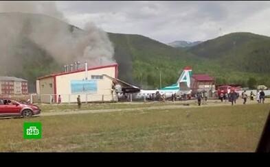 Núdzové pristátie ruského lietadla skončilo nárazom a požiarom. Zahynuli členovia posádky