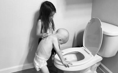 O chlapce s leukémií se stará jeho 5letá sestra. Fotografie zobrazující jejich pouto jsou dojemné i smutné