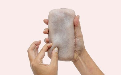 Obal na mobil podobný ľudskej koži reaguje na dotyky, dá sa aj štekliť