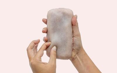 Obal podobný lidské kůži reaguje na dotyky, můžeš ho dokonce i lechtat