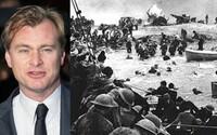 Obkľúčení vojaci sú bombardovaní nepriateľmi v scénach z natáčania vojnového Dunkirku