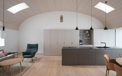 Oblé stropy, spousta dřeva a jednoduchost. Při pohledu na tuto rekonstrukci zapomeneš na všechny novostavby v okolí