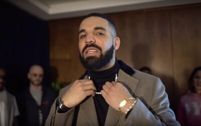 Oblečenie za milión dolárov a náramky od fanúšikov. Drake prezradil, koľko zaplatil za outfit