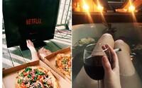 Oblíbený skandinávský trend spočívá v pití vína a osamoceném sledování Netflixu ve spodním prádle