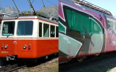 Obľúbenú zubačku v Tatrách niekto postriekal čmáranicami. Aby turistický klenot poškodili, rozbili aj okno na stanici