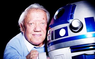 Obľúbený droid R2-D2 našiel nového šoféra. Nedávno zosnulého Kennyho Bakera nahrádí v Star Wars: The Last Jedi herec Jimmy Vee