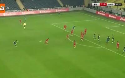 Obranca Fenerbahce strelil zrejme futbalový gól roka tesne pred jeho koncom. Brankárovi vyčistil horný roh bránky s veľkou chuťou