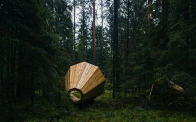 Obrovské dřevěné megafony uprostřed lesa dokonale zvýrazňují okolní zvuky přírody