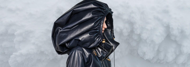 Obrovské kožené kapucne, chlpaté snehule Miu Miu či ochranné štíty Dolce & Gabbana. Vybrali sme najlepšie momenty z týždňov módy